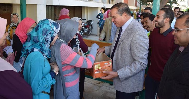رئيس جامعة سوهاج يوزع «حلاوة المولد» على الطلاب