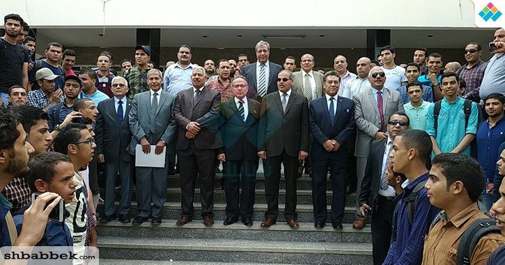 رئيس جامعة الأزهر يردد النشيد الوطني مع قيادات وطلاب كلية الطب