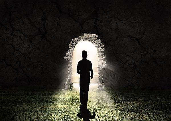 شاب يقف في الظلام منتظرا الخروج للنور
