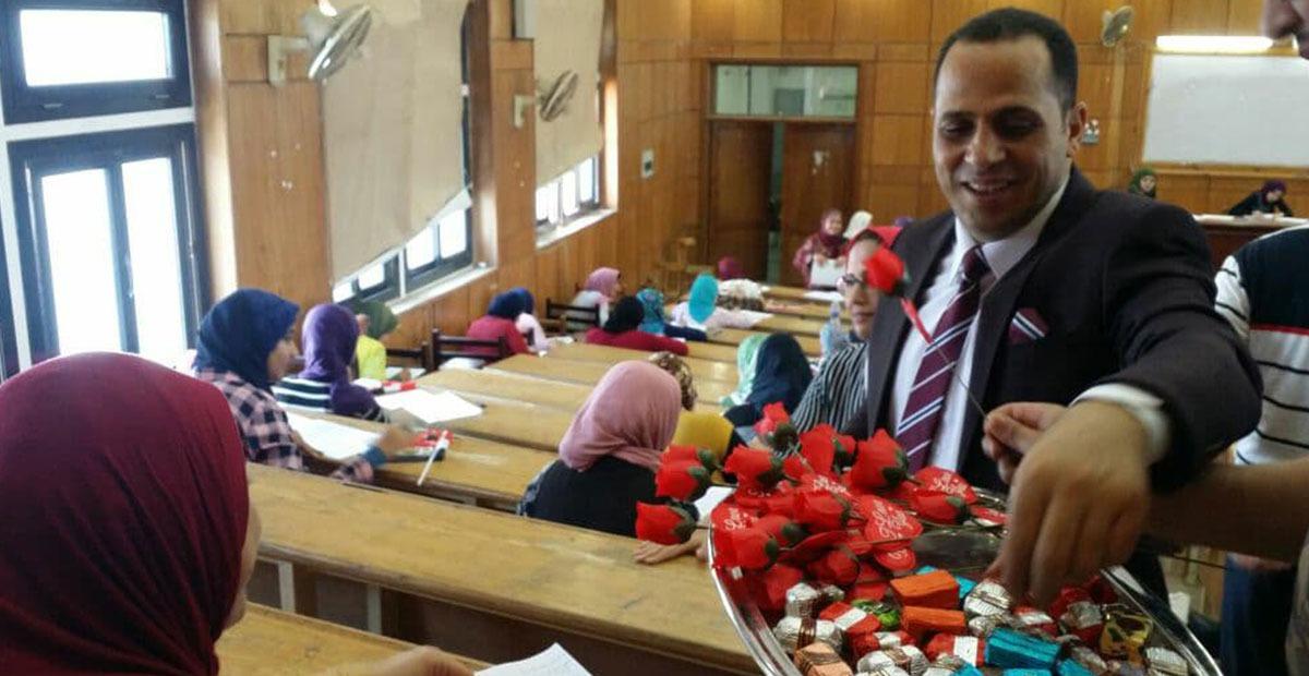 بالصور.. رئيس جامعة دمنهور يتفقد لجان الامتحانات بالورود والشيكولاتة