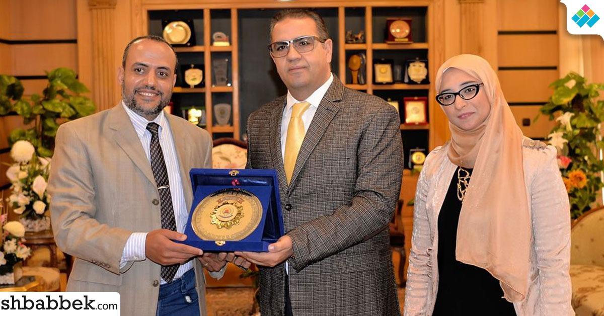 رئيس جامعة المنصورة يكرم فريق «منصوراصورس»