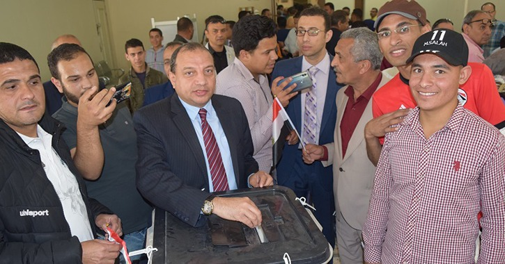 رئيس جامعة بنى سويف يدلي بصوته على التعديلات الدستورية ويؤكد: مصر ماضية في البناء
