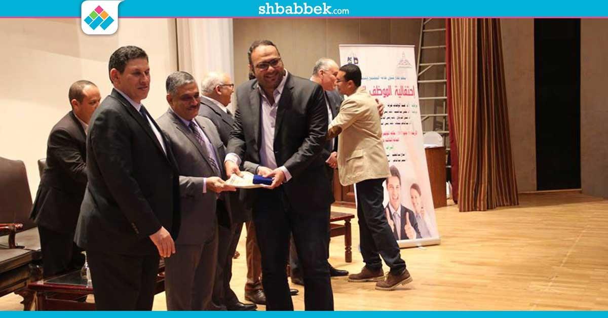 صور| جامعة عين شمس تكرم 300 موظف مثالي