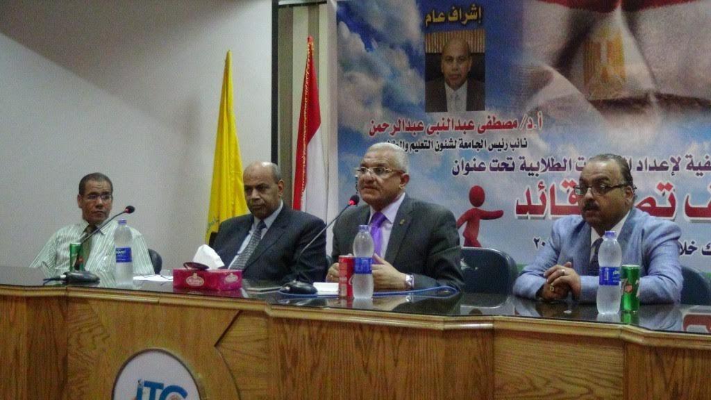 الخطاب الديني وحروب الشائعات.. رئيس جامعة المنيا يحاضر ندوة للطلاب (صور)