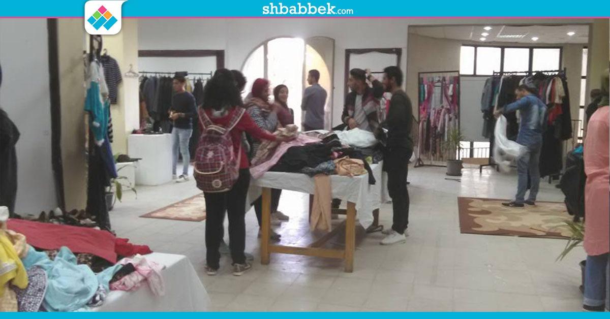 خلال يومين.. طلاب جامعة حلوان يشترون 1400 قطعة ملابس من معرض «الخير»