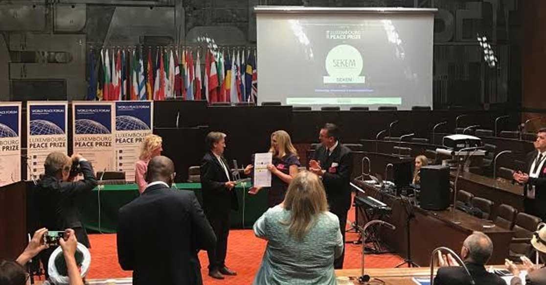 رئيس جامعة هليوبوليس يتسلم جائزة لوكسمبورج للسلام البيئي