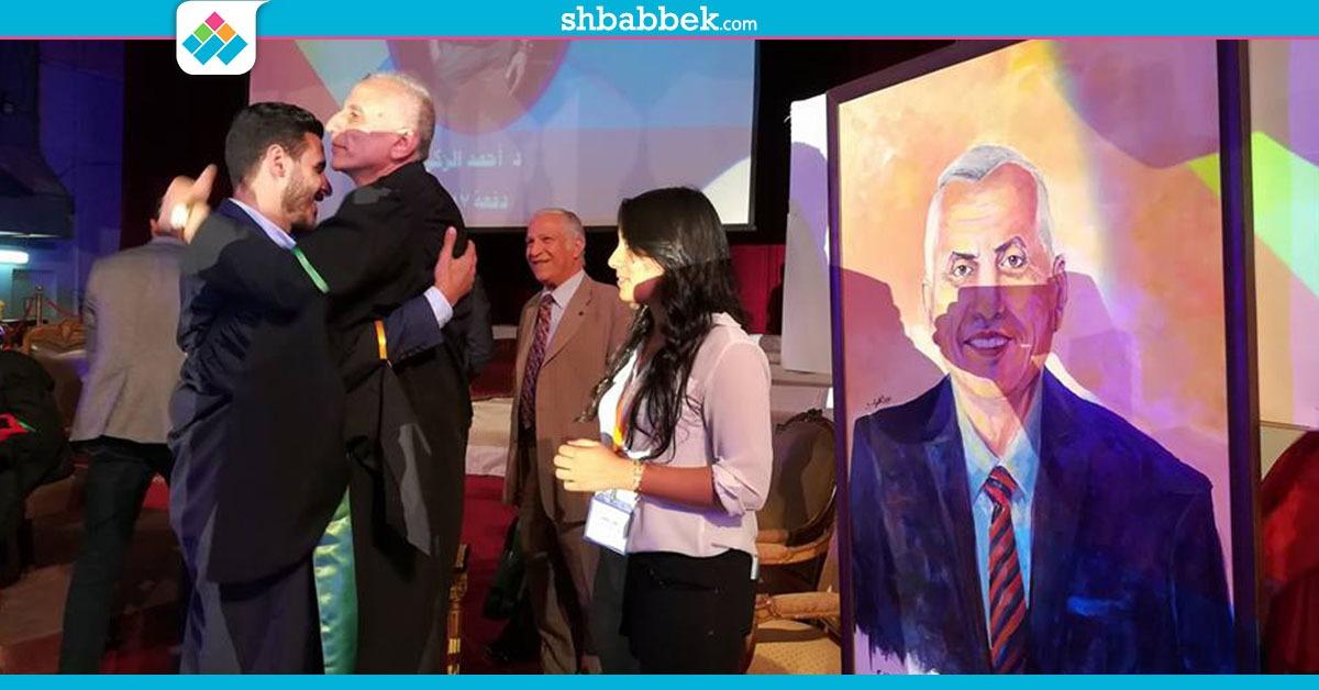 طلاب علاج طبيعي القاهرة يهدون عميد الكلية «بورتريه» في حفل تخرجهم
