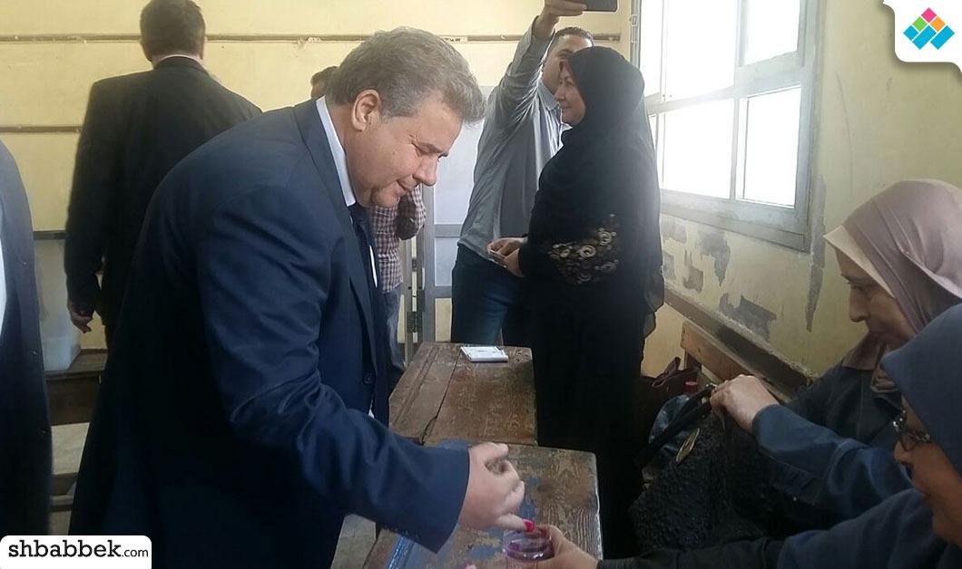 رئيس جامعة بنها يدلي بصوته في الانتخابات الرئاسية (صور)