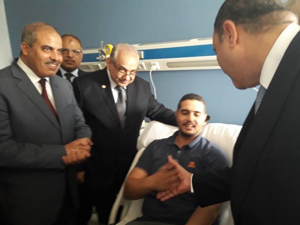 رئيس جامعة الأزهر يزور مصابي حادث الواحات البحرية بمستشفى الشرطة