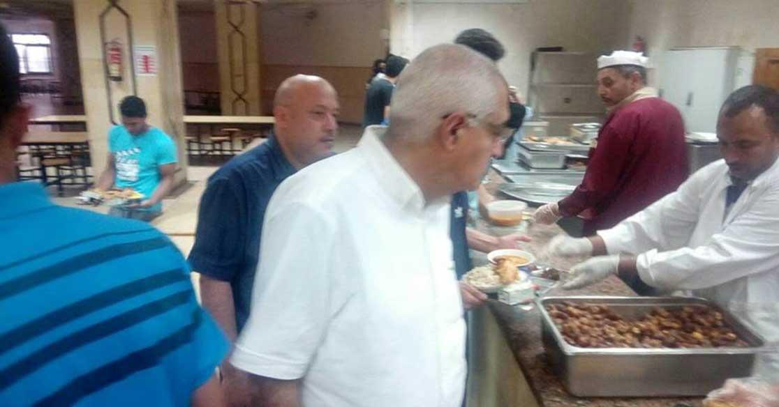 نائب رئيس جامعة المنصورة يتفقد مطاعم المدن الجامعية