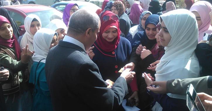 رئيس جامعة الأزهر يوزع على الطلاب دعوات مجانية لمعرض الكتاب