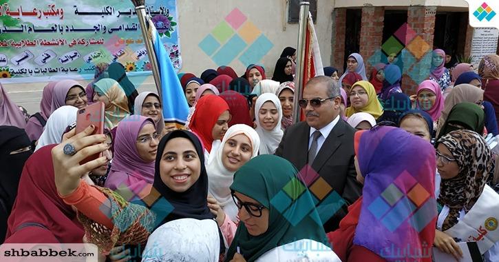 طالبات الأزهر يلتقطن صور «سيلفي» مع رئيس الجامعة