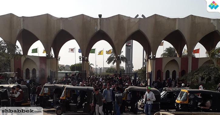 بالصور.. بيع ملازم الامتحانات على أبوب جامعة حلوان للطلاب