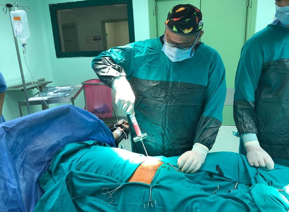 بعد فشلها في ألمانيا وتركيا.. أستاذ بكلية طب الأزهر يجري عملية ناجحة لطالب بحريني
