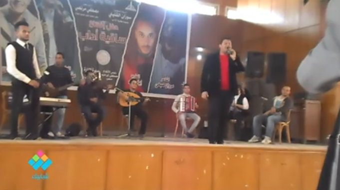 نجم آراب أيدول، مؤمن خليل، يغني «بحبك وحشتيني» على مسرح كلية الآداب جامعة عين شمس
