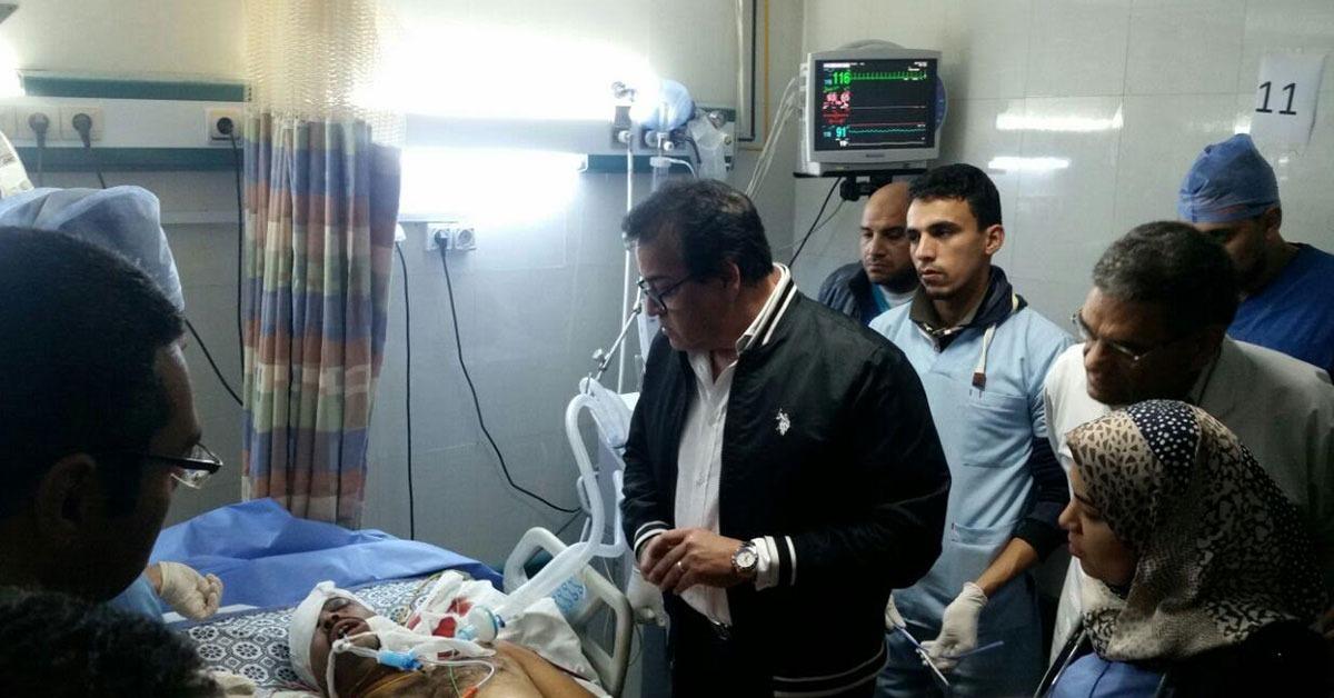 وزير التعليم العالي يزور مصابي حادث العريش بمستشفى جامعة قناة السويس (صور)