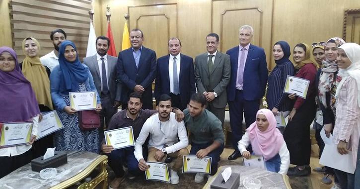 رئيس جامعة بني سويف يكرم طلاب الأنشطة