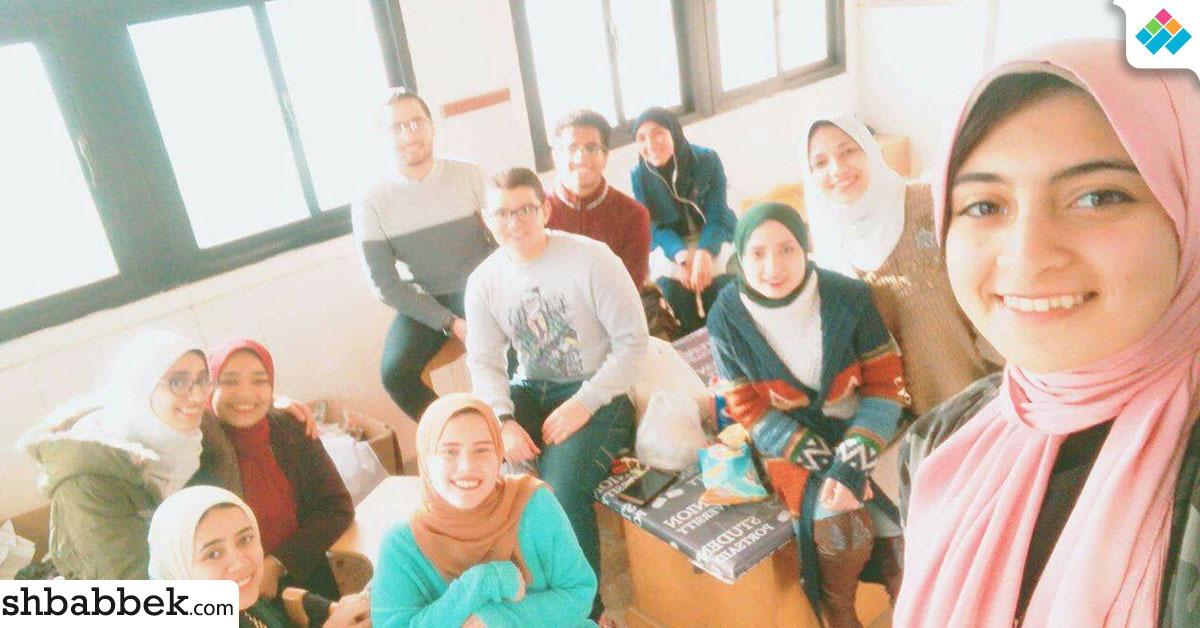 بالصور.. اتحاد صيدلة بورسعيد يوزع على الطلاب «بومبوني وشكولاته» في الامتحانات