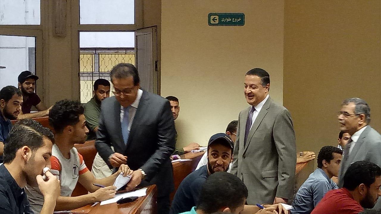 وزير التعليم العالي يتفقد سير أعمال الامتحانات بجامعة بنها (صور)
