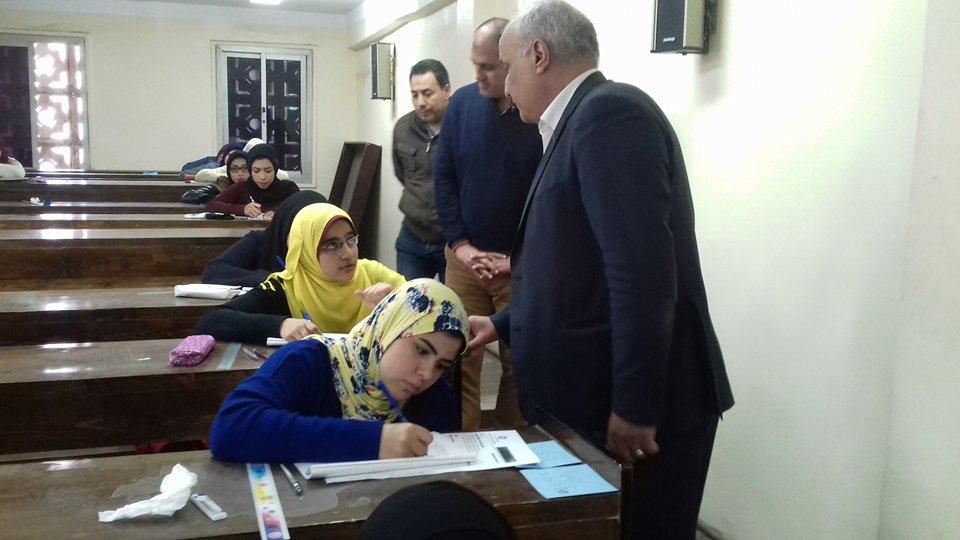 صور  عميد«الطفولة المبكرة» بجامعة بني سويف يتفقد لجان الامتحانات