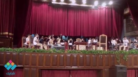 قبل بدء الحفل بروفة لطلاب صينيين من على مسرح قبة  جامعة القاهرة