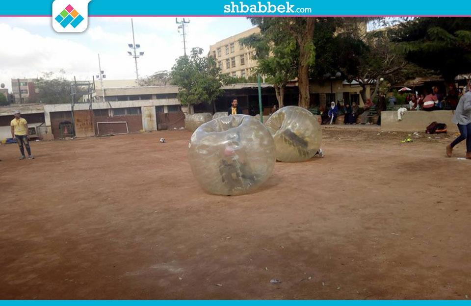حرب عنيفة بين طالبات بجامعة عين شمس (فيديو)