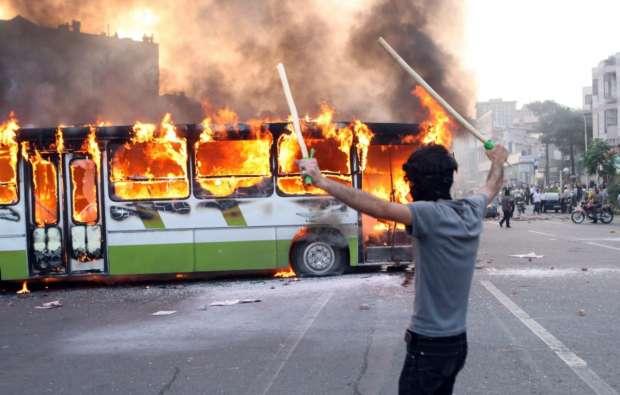أوتوبيس يحترق في أعمال شغب بتظاهرات الحركة الخضراء عام 2009