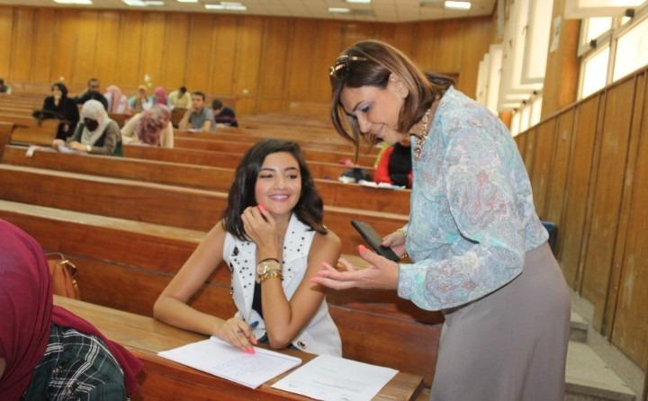 عميدة كلية الآداب بعين شمس تتفقد امتحانات الفصل الصيفي