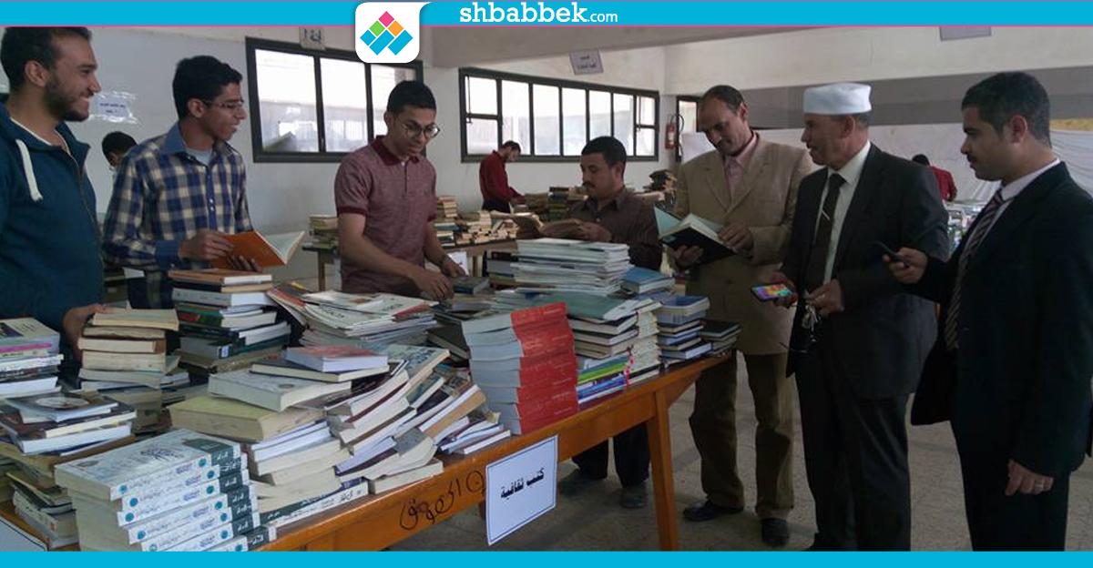 بـ ٣ جنيه.. معرض لبيع الكتب القديمة داخل جامعة أسيوط (صور)
