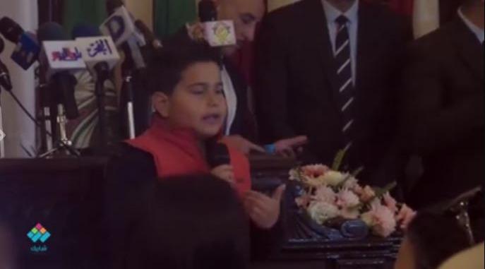 طفل سوري يروي معاناة اللاجئين في قصيدة شعر بجامعة القاهرة