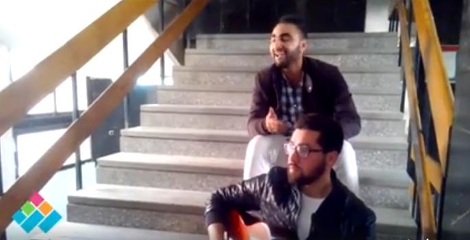 على سلالم الكلية.. طلاب بإعلام القاهرة يغنون «مش هروح» بطريقة مختلفة