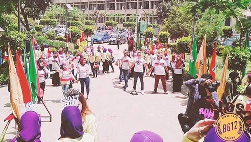 بارتداء تيشيرت الزمالك.. طلاب إعلام القاهرة يحتفلون بالتخرج (صور)