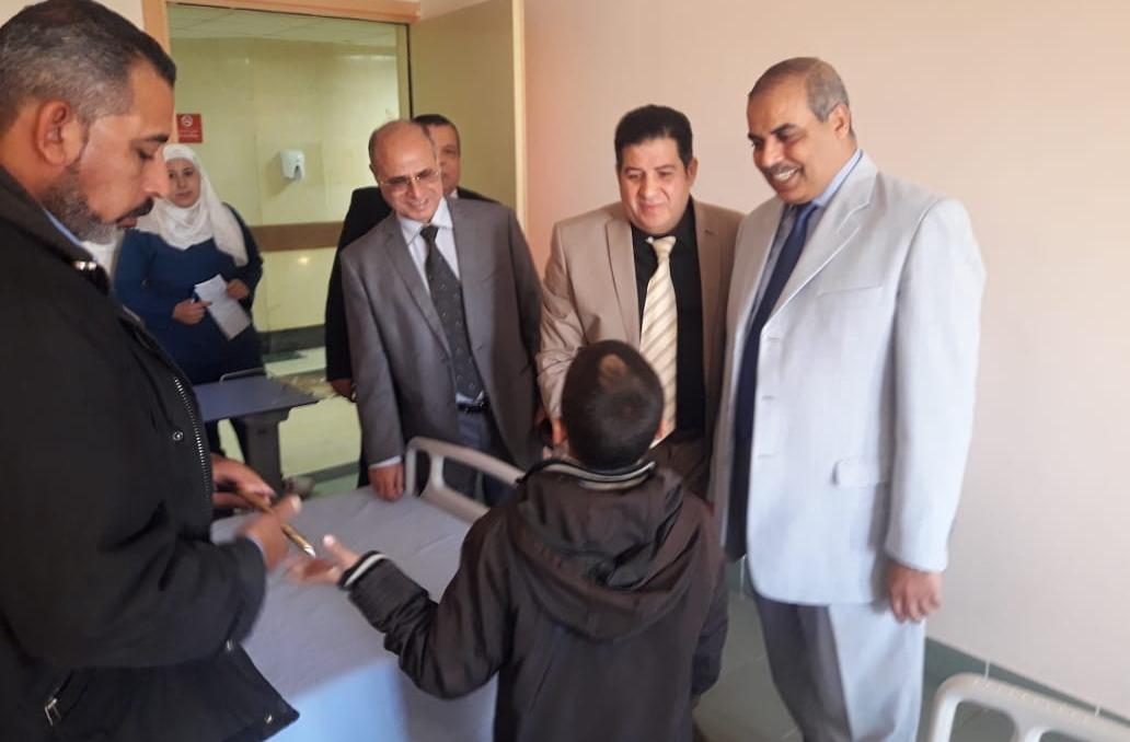 رئيس جامعة الأزهر مع أطفال «التشوهات الخلقية»