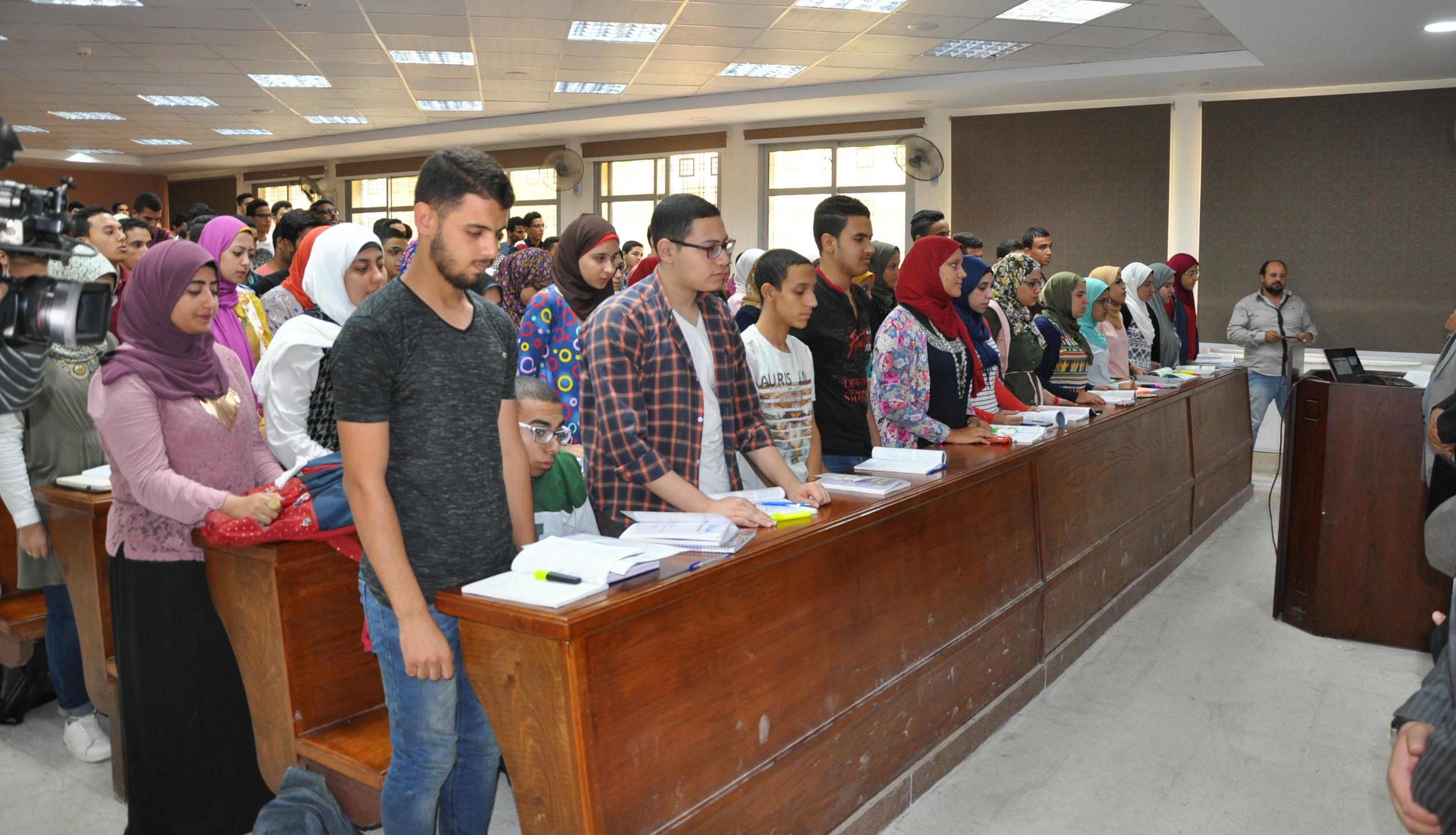 جامعة حلوان تتضامن مع ضحايا حادث الواحات بالوقوف دقيقة حداد