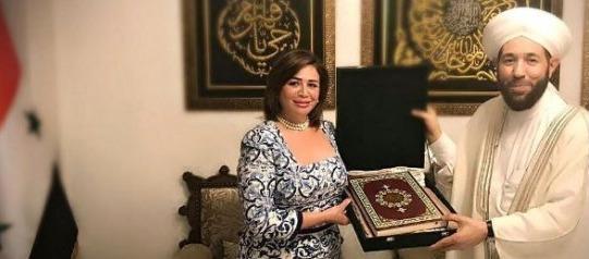 إلهام شاهين في سوريا.. والمفتي يهديها مصحفا