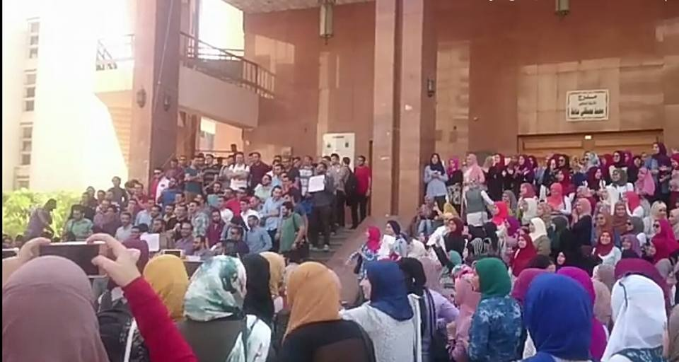فيديو| طلاب طب المنصورة يتظاهرون بسبب امتحان «الباطنة»