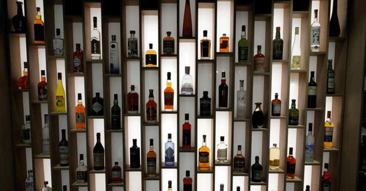 بلومبرج: رفع الحظر عن الخمور في السعودية العام المقبل