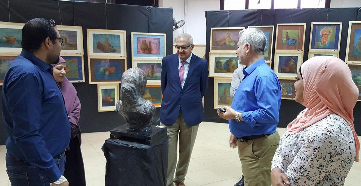نائب رئيس جامعة المنصورة يتفقد معرض كلية الفنون الجميلة