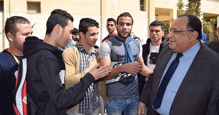 رئيس جامعة حلوان يتفقد الحرم ويستمع للطلاب