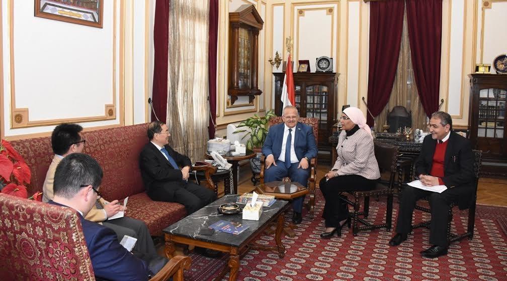 رئيس جامعة القاهرة يبحث آليات التعاون العلمي مع السفير الصيني «صور»