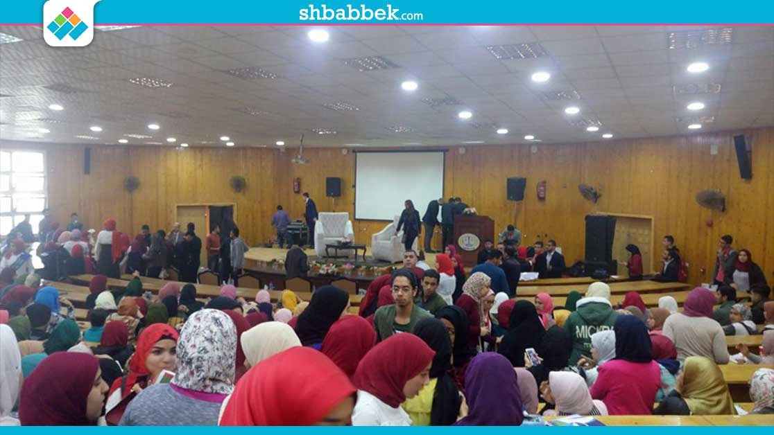 توافد أعداد كبيرة من طلاب جامعة المنصورة على حفل الشاعر عبدالله حسن