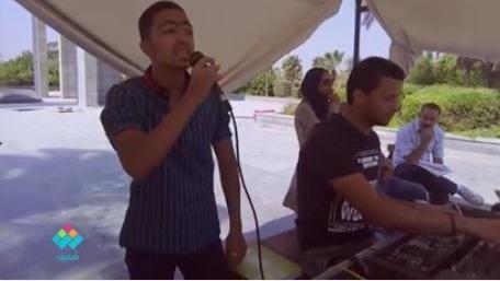 طالب يغني «معاك قلبي» للفنان عمرو دياب بجامعة حلوان