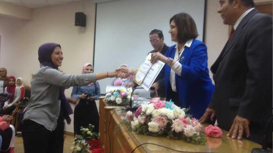 عميدة آداب عين شمس تكرم الطلاب المتميزين بالكلية