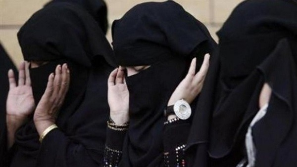 حكم صلاة المرأة بالنقاب (فيديو)