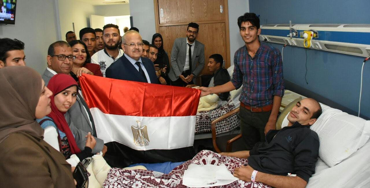 بالصور.. رئيس جامعة القاهرة يزور مصابي العملية الإرهابية بالواحات
