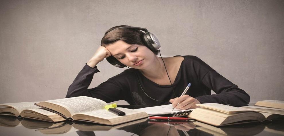 الموسيقى مفيدة للمذاكرة لكن بشروط.. تعرف عليها (انفوجراف)