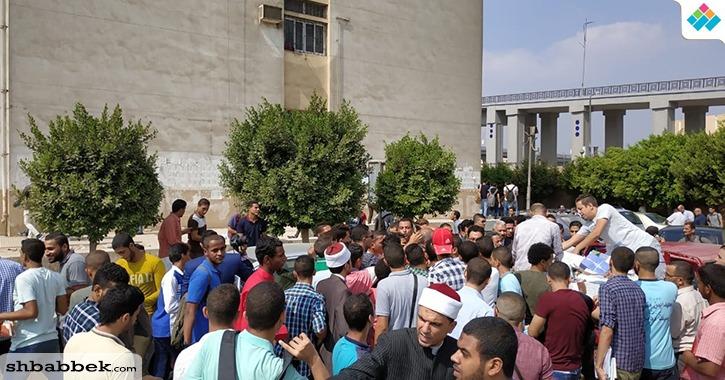 رئيس جامعة الأزهر يوزع كتبا ضد التطرف على الطلاب الجدد وسط زحام شديد