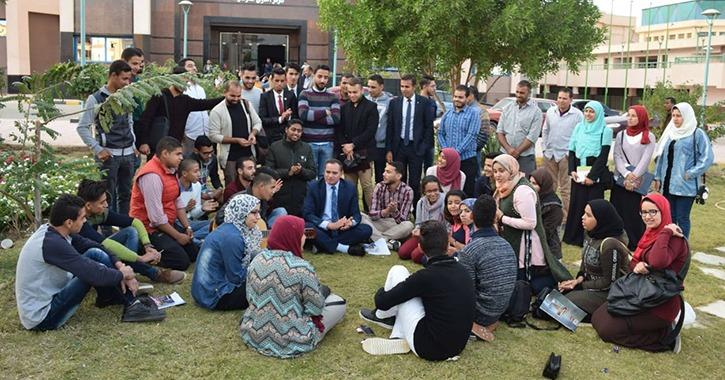 رئيس جامعة سوهاج يشارك في جلسة سمر ويستمع لشكاوى الطلاب
