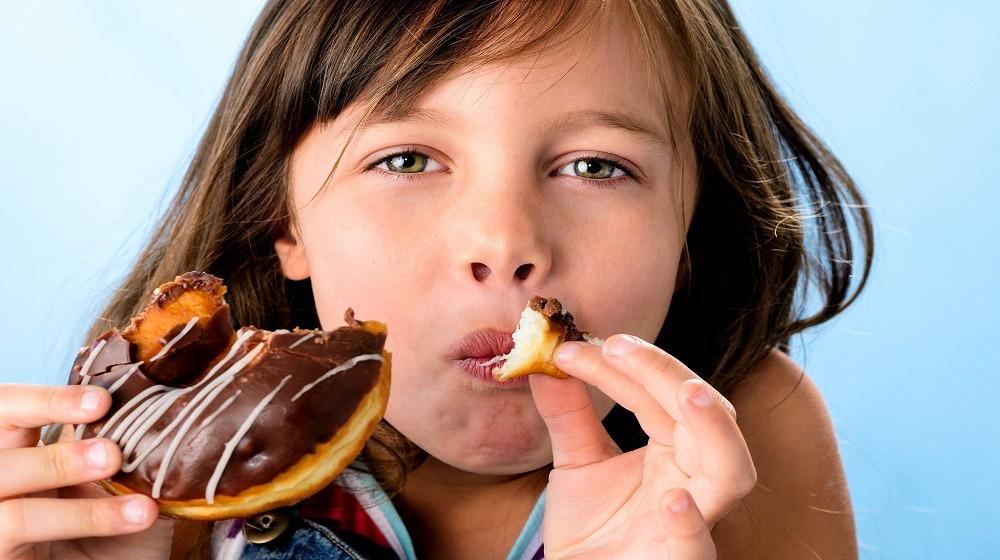 هذه أضرار ومخاطر السكريات على أبنائك.. الإدمان يهدد طفلك