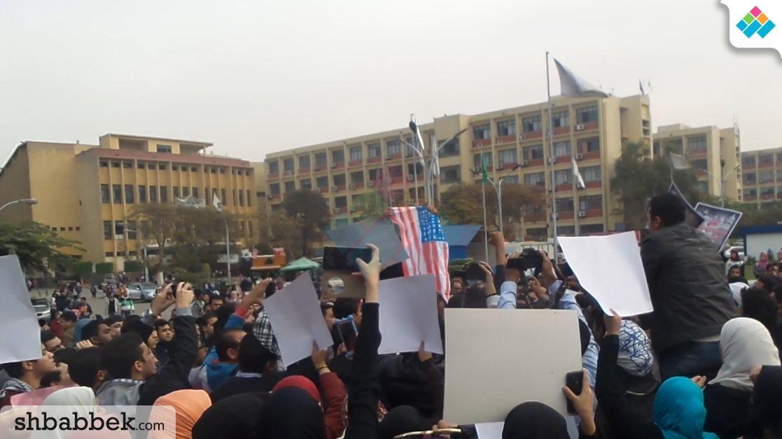 بالفيديو.. طلاب جامعة عين شمس يحرقون العلم الأمريكي